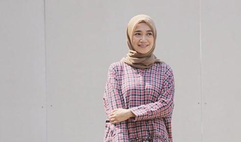 18 Kombinasi Baju Muslim Motif Kotak-Kotak dan Hijab Simple