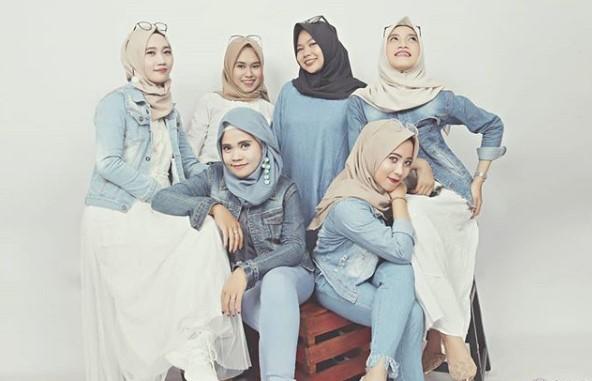 Tips Tampil Kekinian dengan Mengenakan Baju Muslim dari Bahan Denim